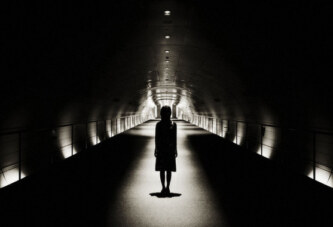 Karanlık İfşa Eder